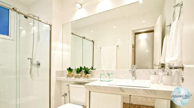 Uso de espelhos para deixar um banheiro pequeno mais espaçoso