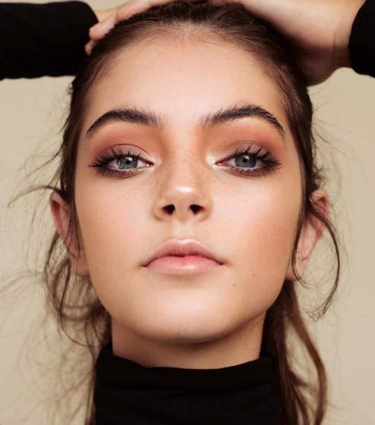 Na falta de sombra use blush para deixar os olhos mais expressivos
