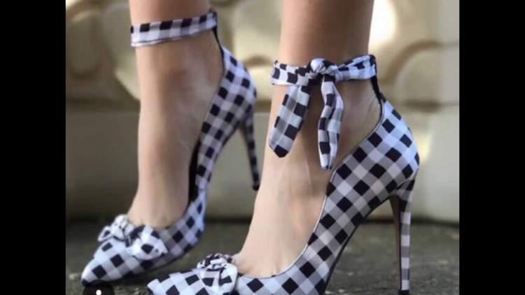 Estampa que lembra toalhas de piquenique é uma das tendências em calçados para o verão 2018