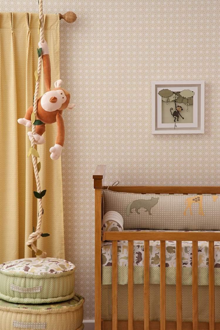 Quarto do bebê com móveis e objetos de madeira