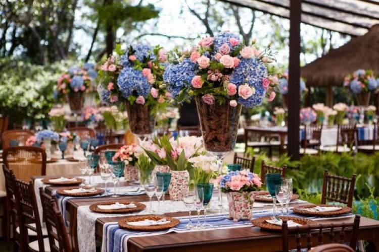 Decoração das mesas com rosas e hortênsias