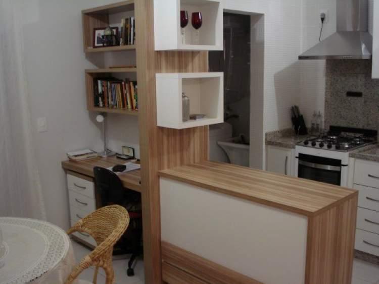 Balcão da cozinha integrado com os móveis da casa
