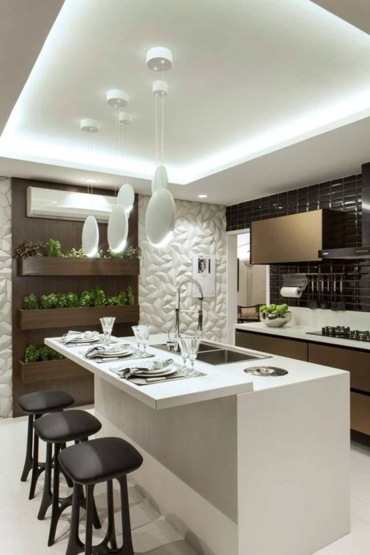 Balcão de cozinha que integra sala e cozinha