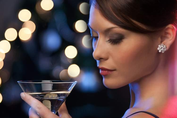 Maquiagem de festa de ano novo com a pele iluminada