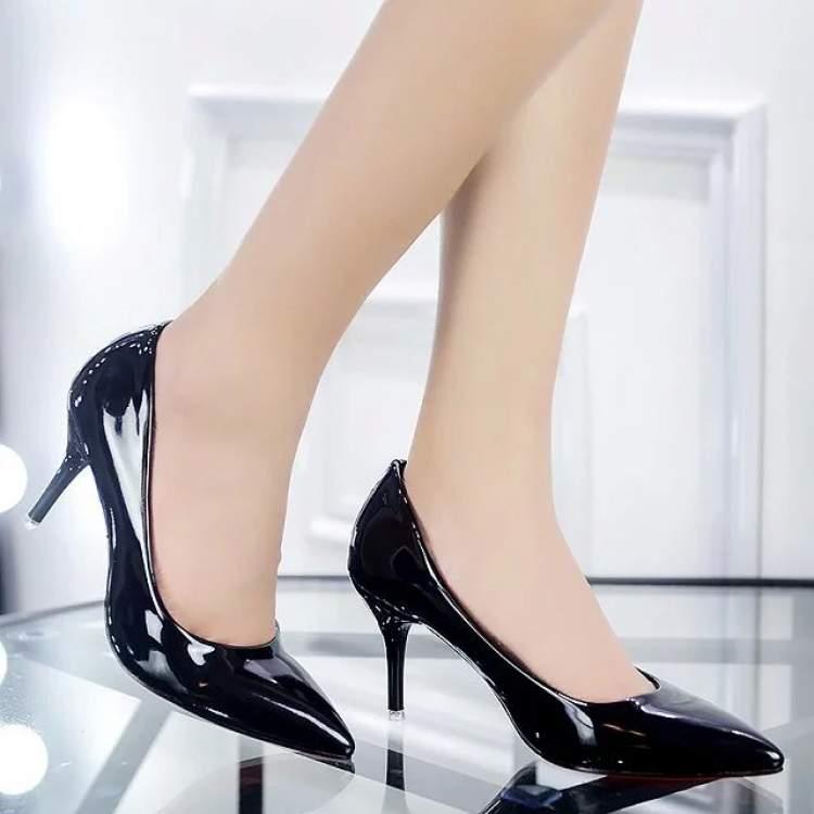 Scarpin bico fino envernizado é um dos itens da moda que envelhecem pelo menos dez anos