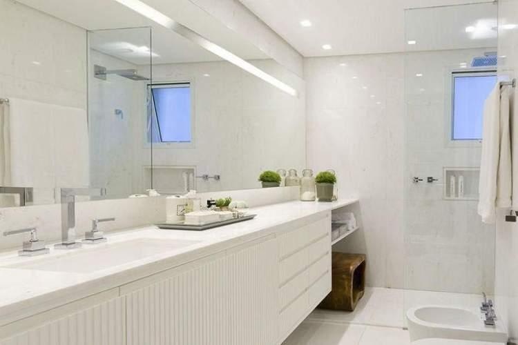 Banheiro decorado e iluminado