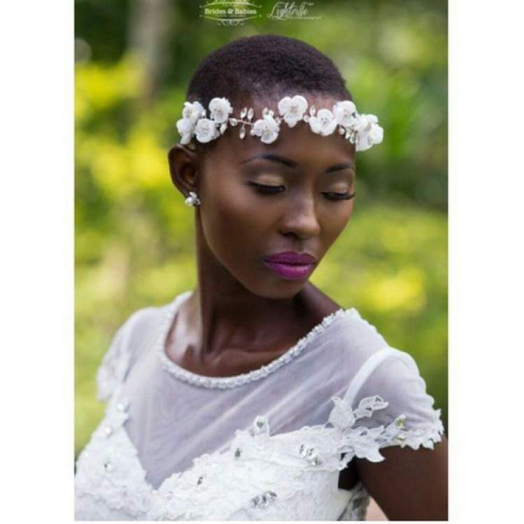 Penteado de casamento para cabelo curto com coroa de flores