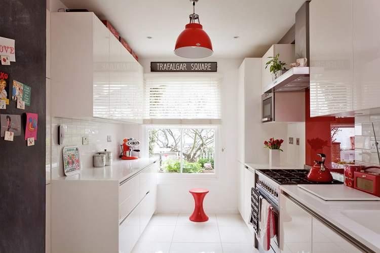 Pisos e azulejos brancos ajudam a melhorar a iluminação da cozinha