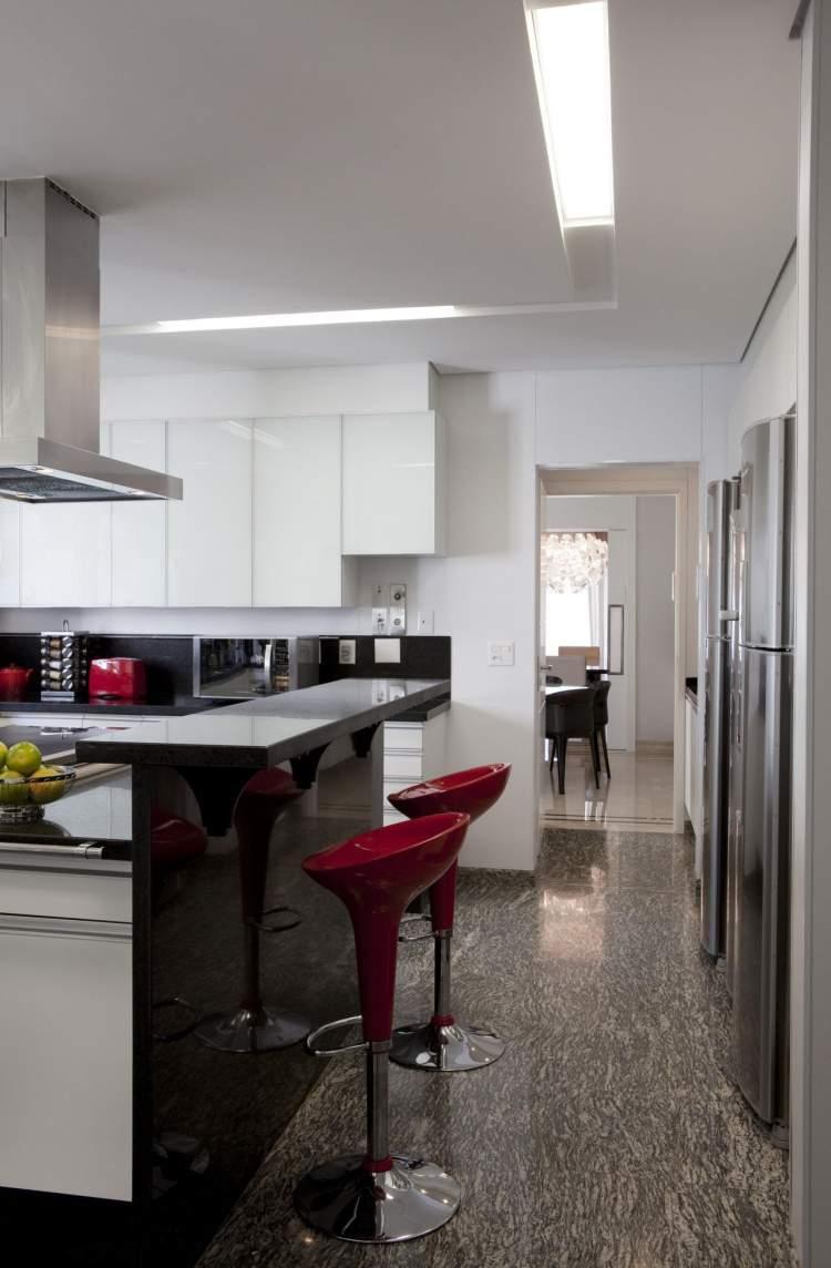 Sancas no teto ajudam a melhorar a iluminação na cozinha