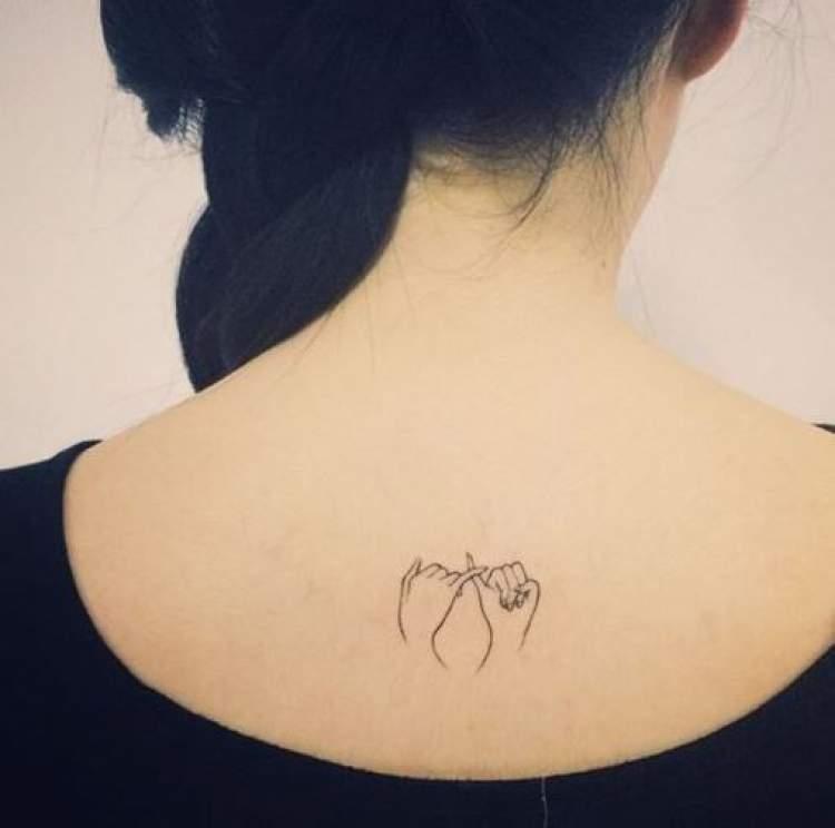Tatuagem delicada nas costas de pacto