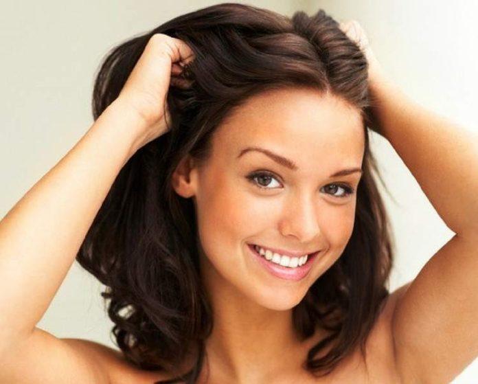 Descubra como hidratar o cabelo em casa sozinha