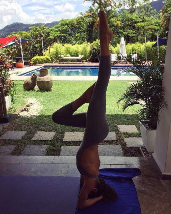 Ísis Valverde pratica Yoga