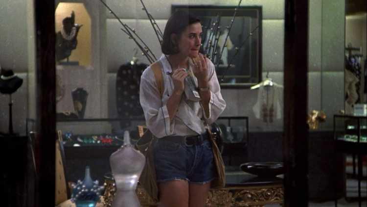 Demi Moore usando mochila colete no filme Proposta Indecente