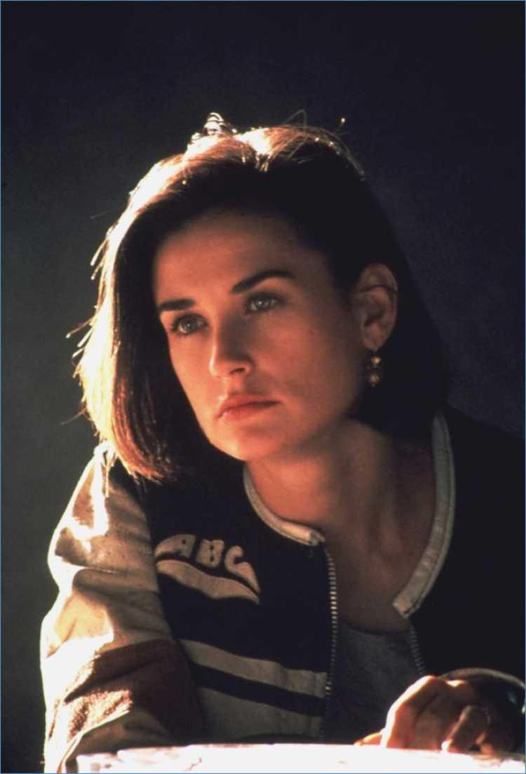 Look de Demi Moore com bomber jacket no filme Proposta Indecente