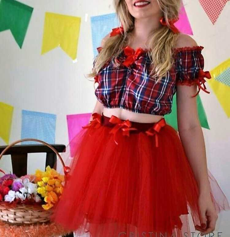 Look de festa junina com Top cropped + saia de tule