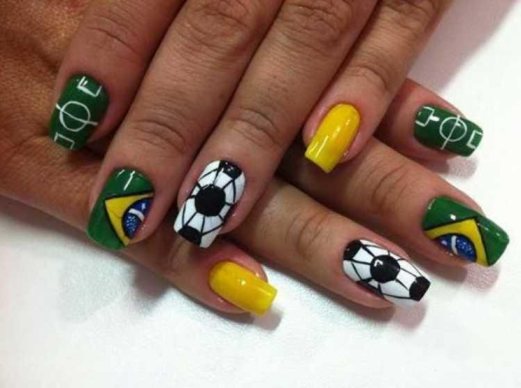 Unhas decoradas com elementos do futebol