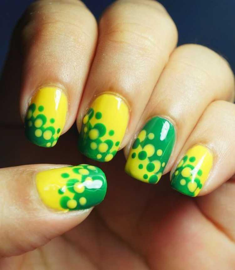 Unhas decoradas com poás em verde e amarelo