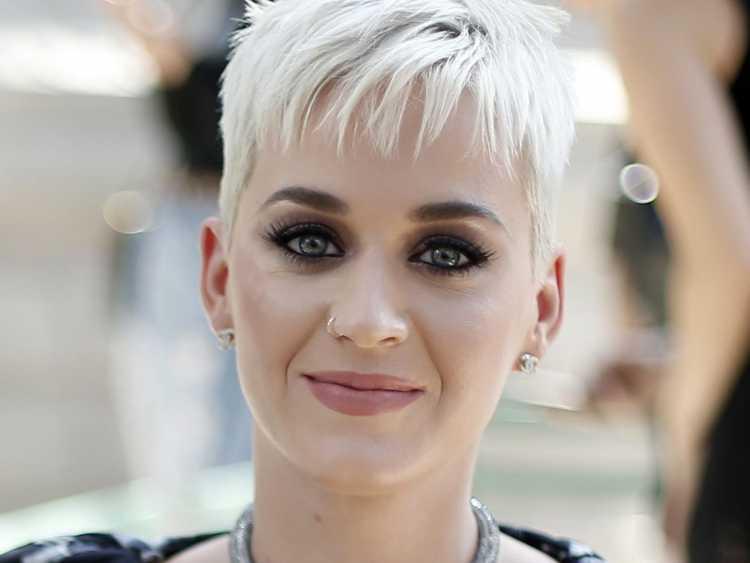 Katy Perry também é um exemplo de como o pixie cut pode ser uma ótima opção de cabelo curto para 2019, além de não dar nenhum trabalho para ficar esplêndido.