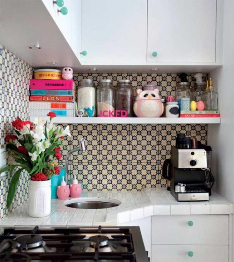 Cozinha pequena decorada com flores