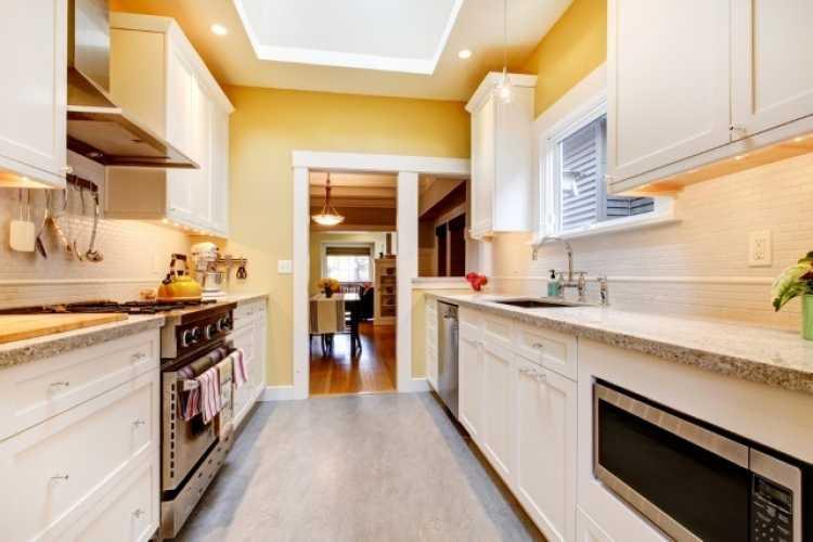 Cozinha pequena e bem iluminada