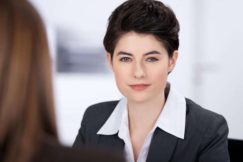 Foto de mulher com cabelo curto no trabalho
