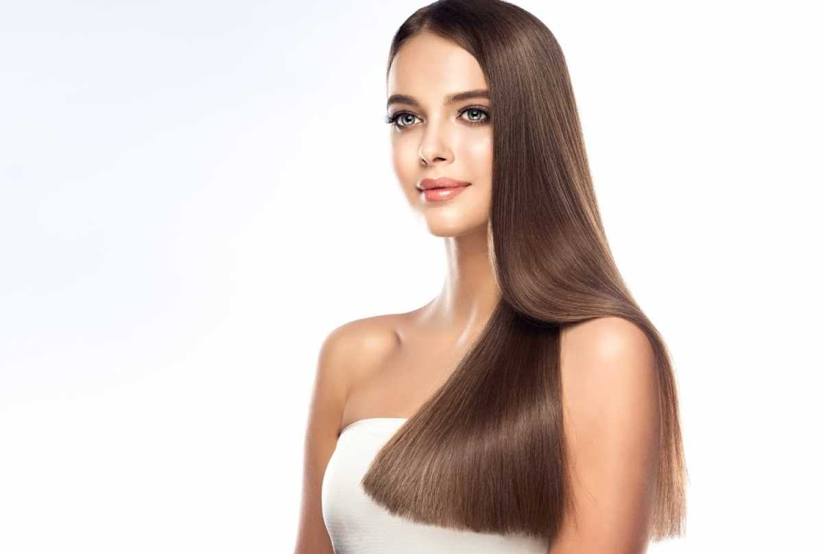 Jovem mulher com corte de cabelo longo e liso
