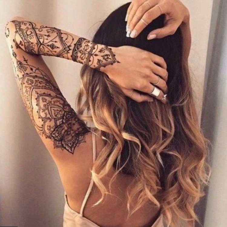 Mulher com tatuagem grande no braço