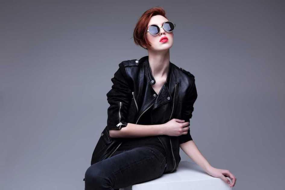 Mulher de jaqueta preta e fios curtinhos