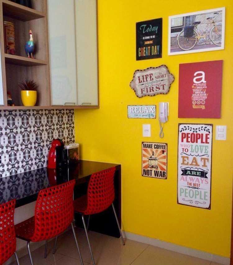 Objetos divertidos na decoração de uma cozinha pequena