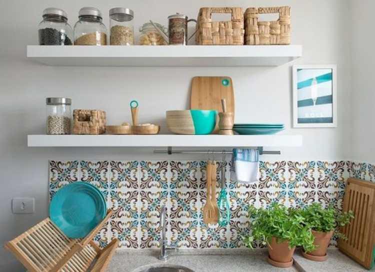 prateleira para decorar uma cozinha pequena