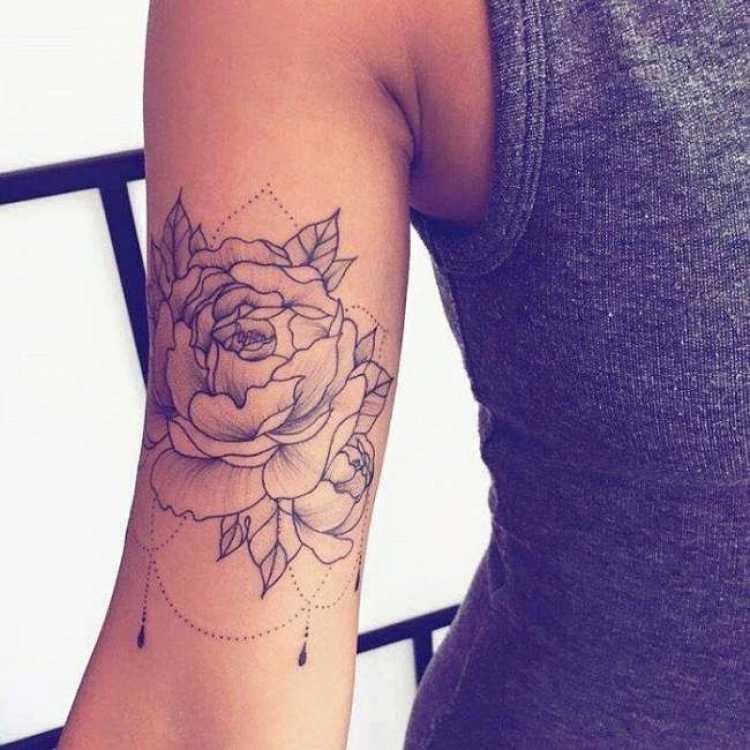 Rosa no braço é uma das mais bonitas tatuagens femininas