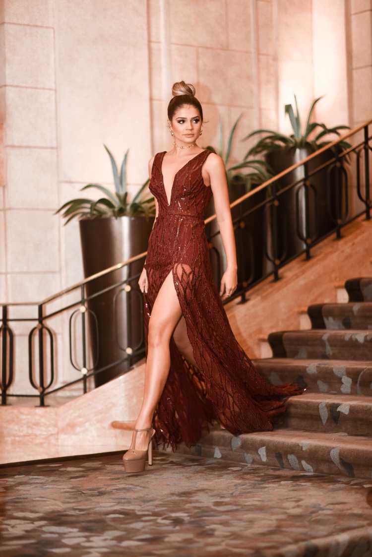 Vestido poderoso com fenda é uma das ideias de look para usar numa festa a noite