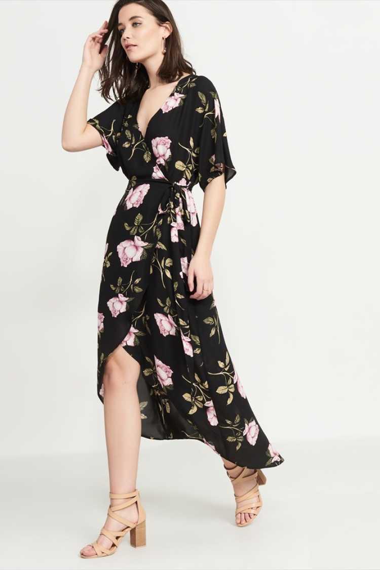 O big decote do wrap dress está com tudo nesta estação e é um dos itens hit do verão 2019.