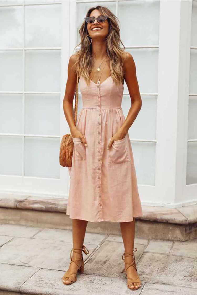 Vestido leve com botões frontais é uma das tendências de roupas leves para o verão 2019