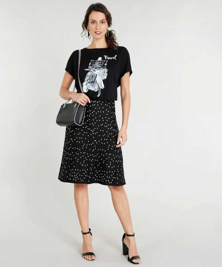 Camiseta é uma das opções para usar roupa preta no verão sem passar calor