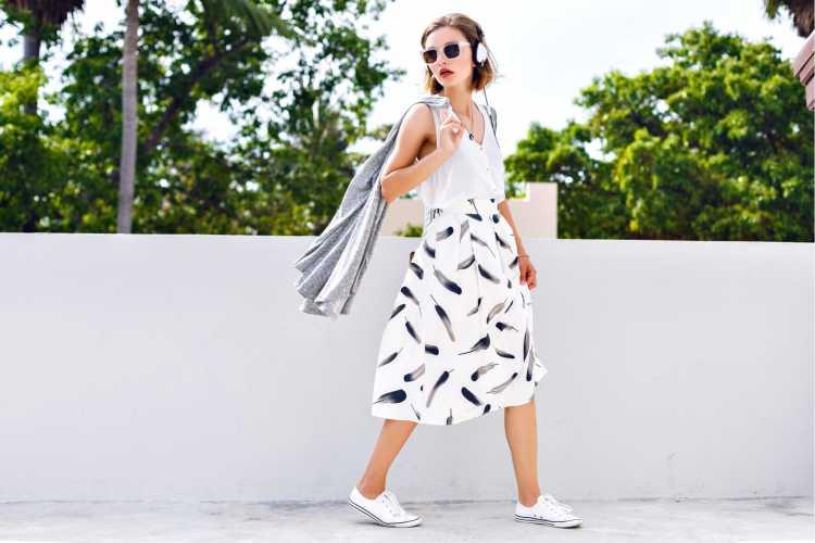 Saias midi são uma das roupas de linho que combinam com dias quentes