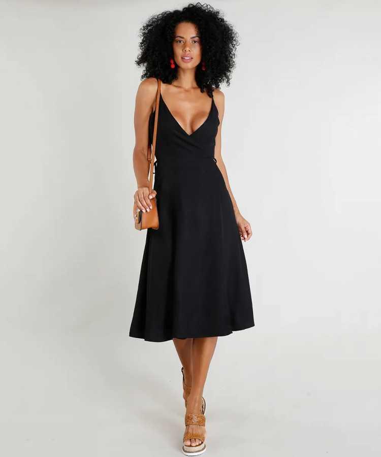 Vestido é uma das opções para usar roupa preta no verão sem passar calor