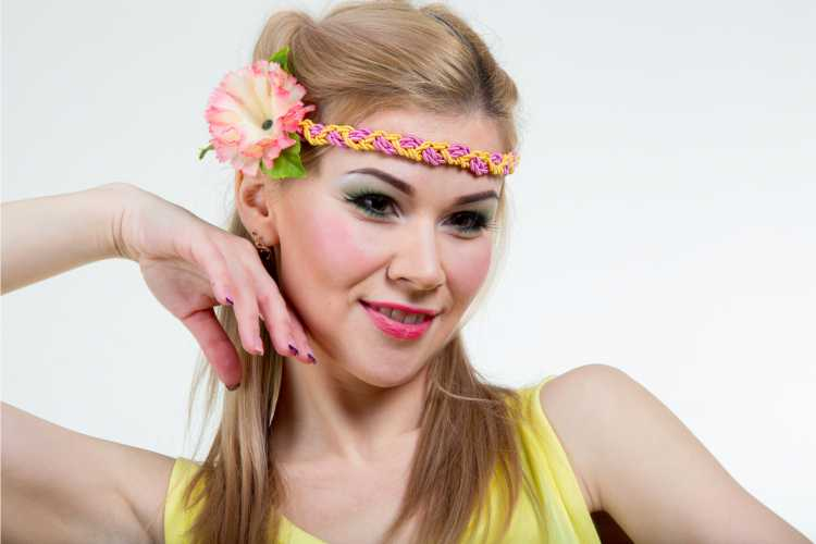 Headband colorido com flor é um dos acessórios de cabelo para carnaval