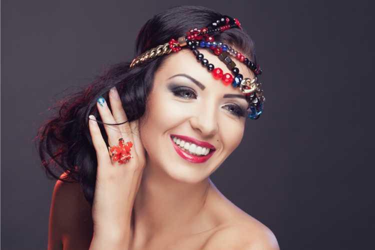 corrente colorida é um dos acessórios de cabelo para carnaval