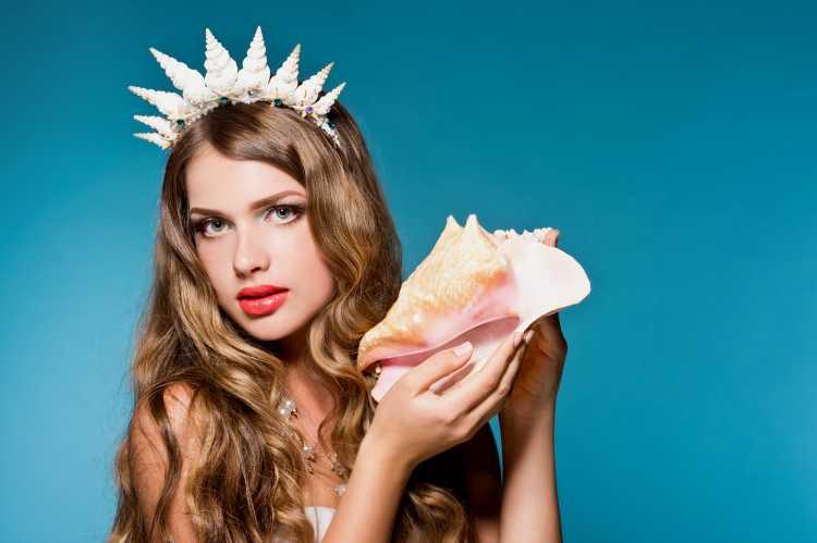 tiara de conchas é um dos acessórios de cabelo para carnaval