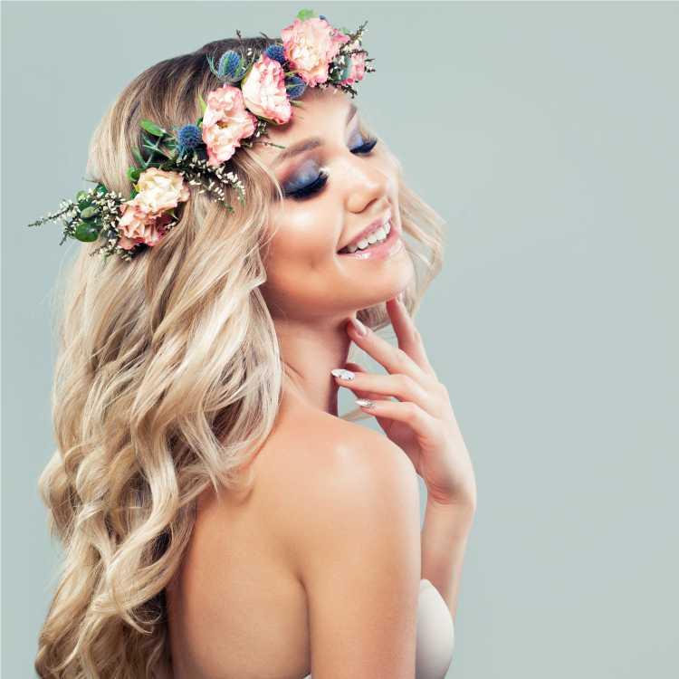 tiara de flores é um dos acessórios de cabelo para carnaval