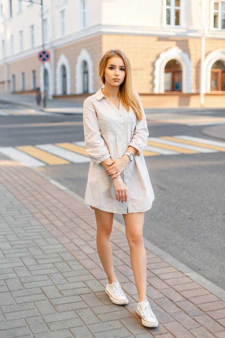 vestido camisa com tênis