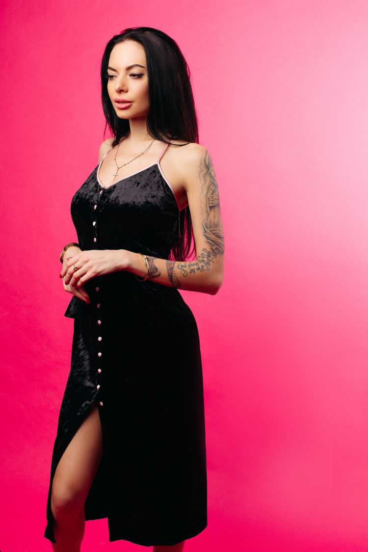 vestido de botões na frente preto com fenda