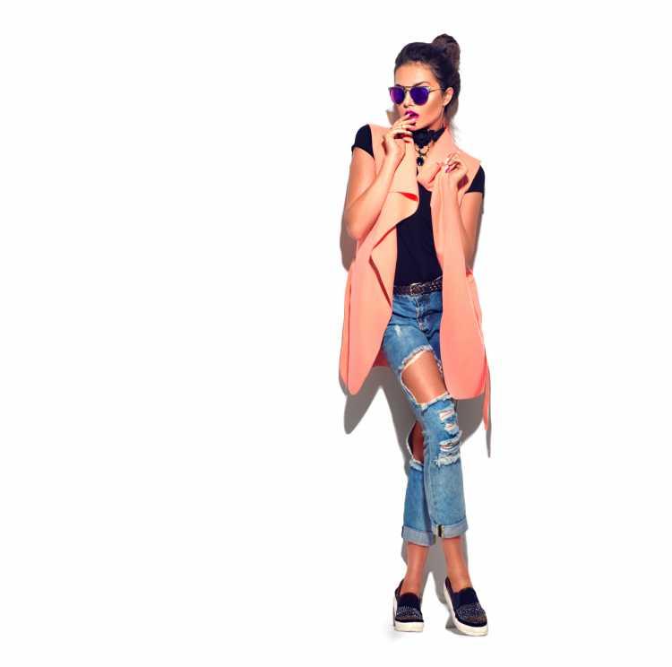 Como se vestir para ir a um show de calça jeans e colete