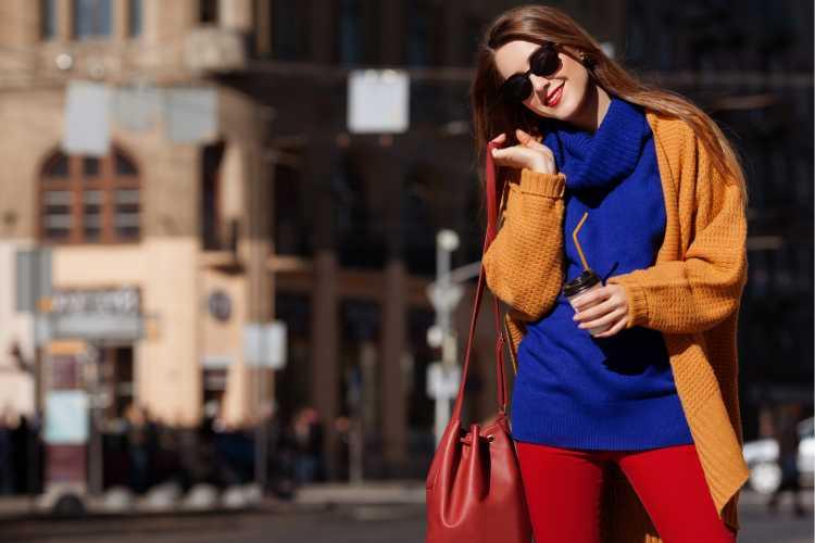 Looks com Mix de Cores casaco laranja e blusa azul e calça vermelha