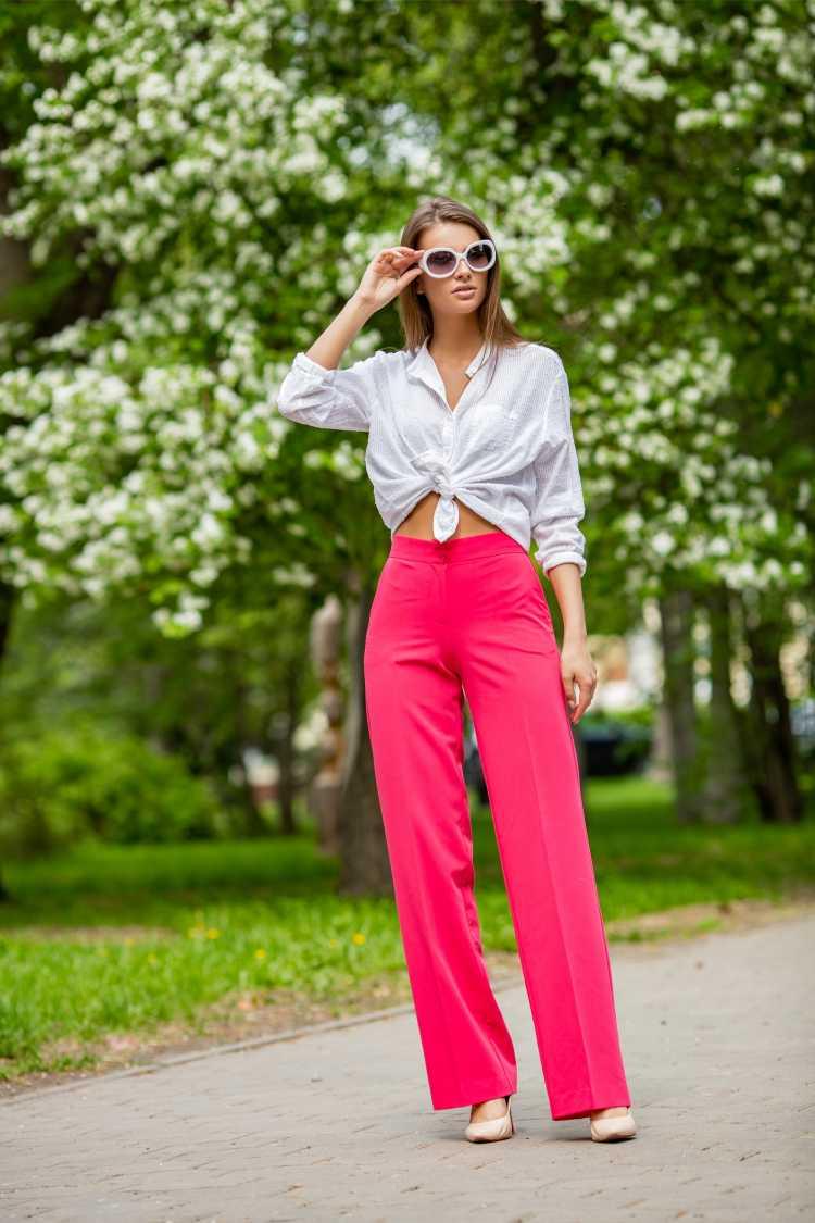 Looks com Mix de Cores com blusa branca e calça vermelha
