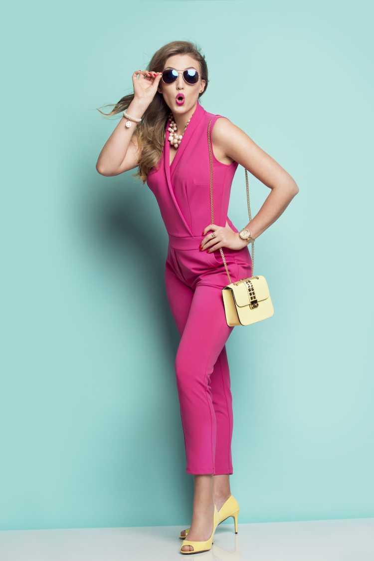 Looks com Mix de Cores com rosa e sapato amarelo