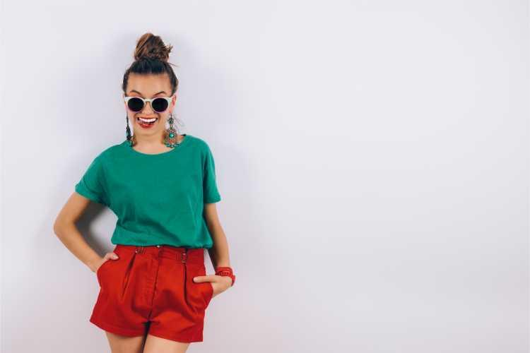 Looks com Mix de Cores com short vermelho e blusa verde