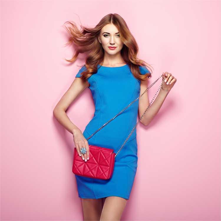 Looks com Mix de Cores com vestido azul e bolsa vermelha