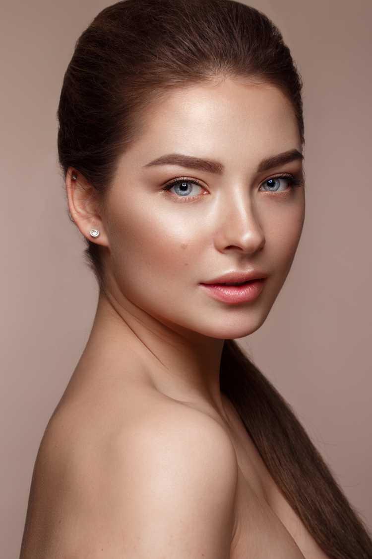 Maquiagem para sessão de fotos aplicando iluminador